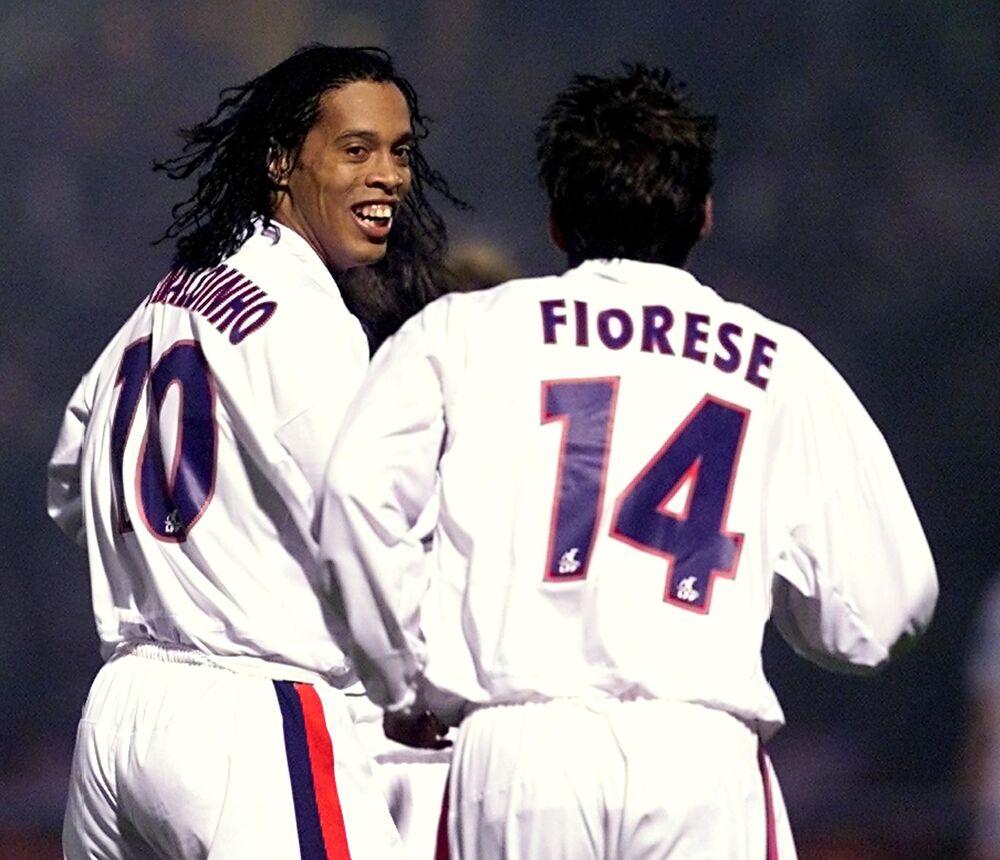 Meia do PSG, Ronaldinho Gaúcho marca gol em Troyes, em 2002