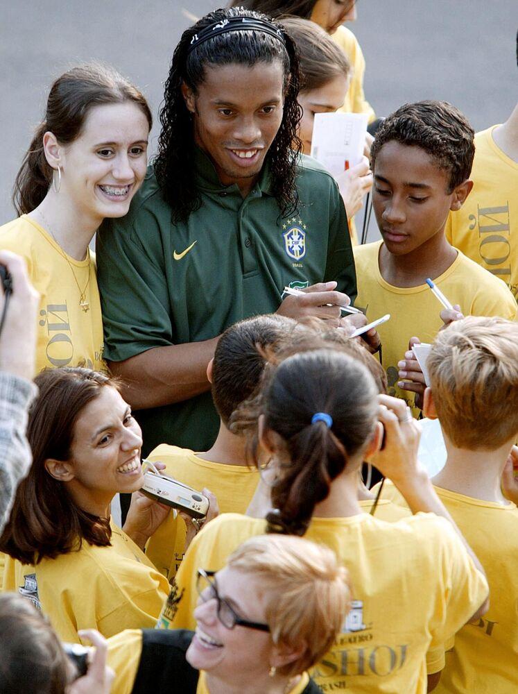 Atacante brasileiro Ronaldinho Gaúcho dando autógrafos, em 2003