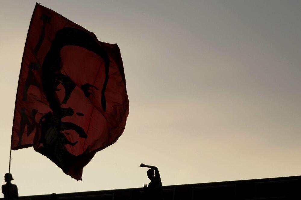 Bandeira representando o jogador de futebol brasileiro Ronaldinho Gaúcho em uma partida de futebol no Brasil, em 2011