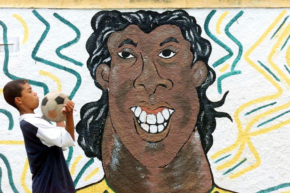 Grafite retratando o atacante da Seleção Brasileira de futebol Ronaldinho Gaúcho no Rio de Janeiro