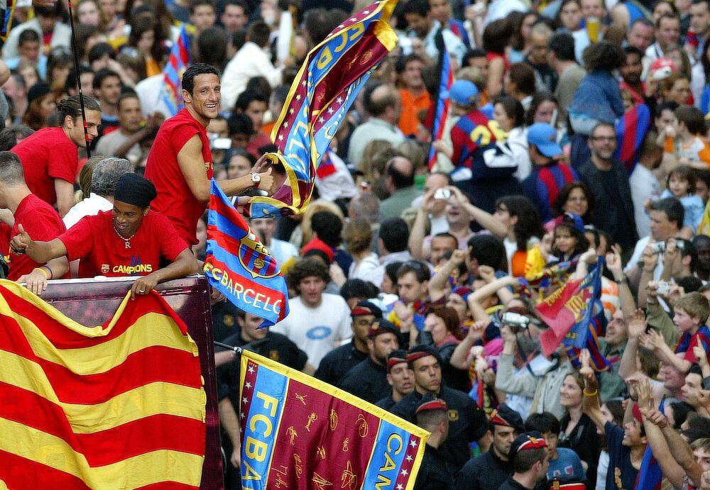 Jogadores do Barcelona, Ronaldinho Gaúcho e Juliano Belletti, comemoram a vitória do Barcelona na Liga Espanhola de 2005