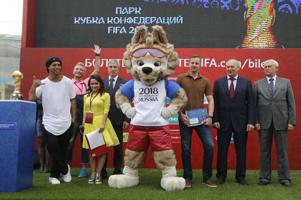 Ex-jogador de futebol brasileiro Ronaldinho Gaúcho na cerimônia de abertura do Parque da Copa das Confederações FIFA 2017 em São Petersburgo, Rússia