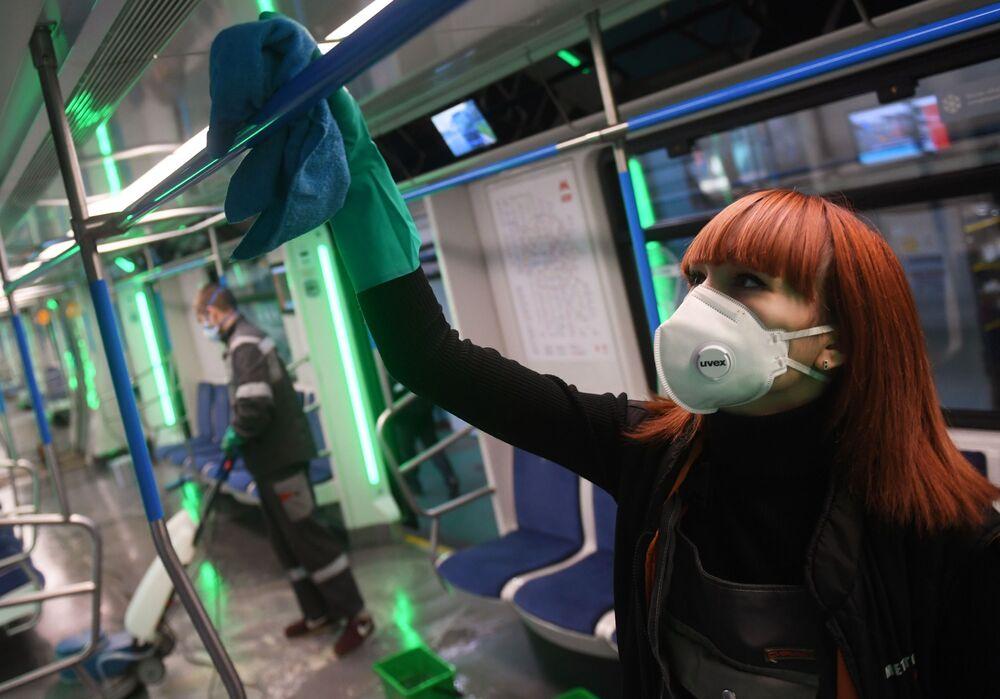 Descontaminação de vagões do metrô de Moscou é realizada no âmbito do combate à propagação do coronavírus
