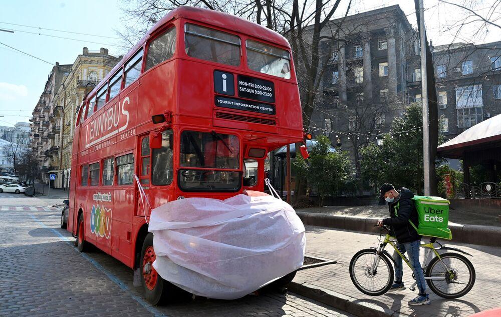 Ônibus turístico usando máscara em campanha contra o coronavírus na capital ucraniana Kiev