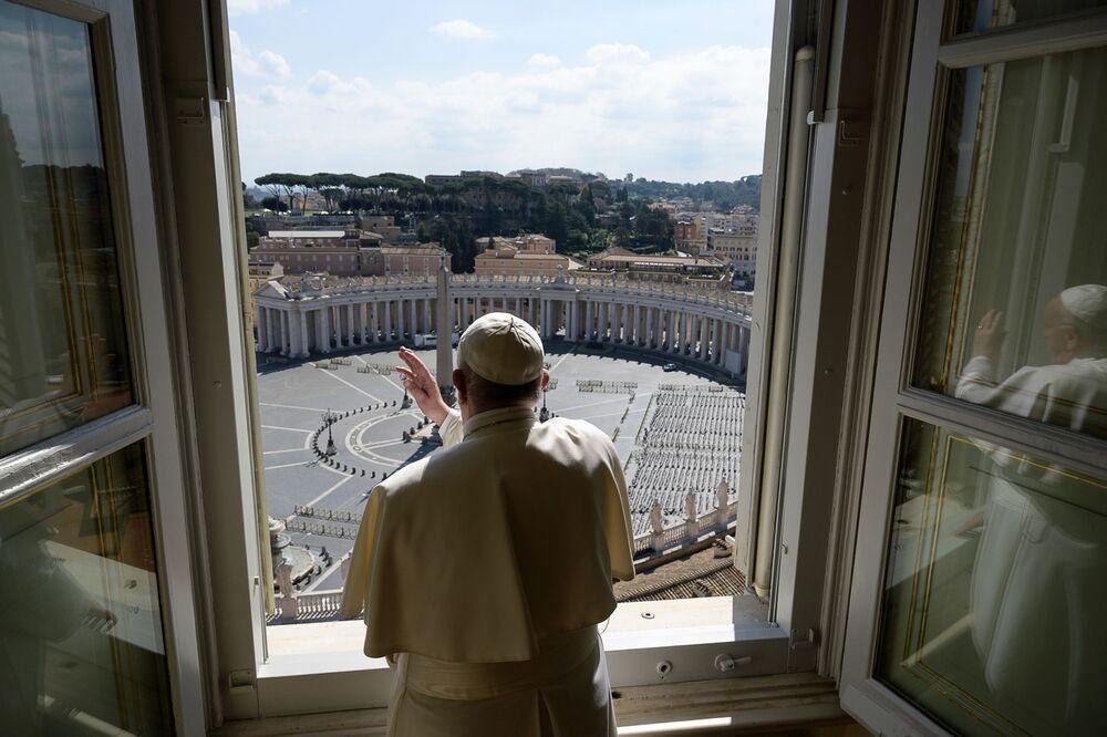 Papa Francisco no Vaticano benzendo a Praça São Pedro vazia devido aos temores do coronavírus