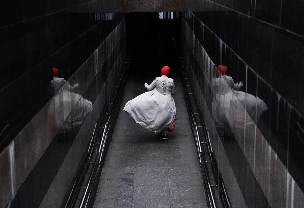 Mulher passando por travessia subterrânea em Moscou