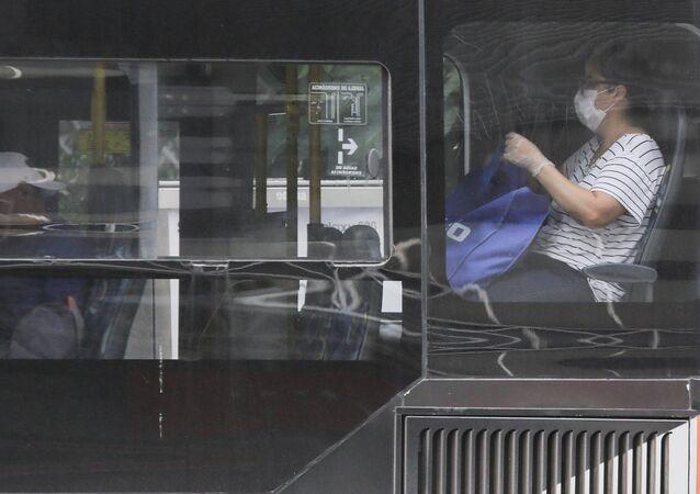 Pouco movimento de pedestres, alguns usando máscaras de segurança, e lojas fechadas na Avenida Paulista, na região central de São Paulo, na manhã deste sábado, 21, devido ao novo coronavírus, que transmite a COVID-19