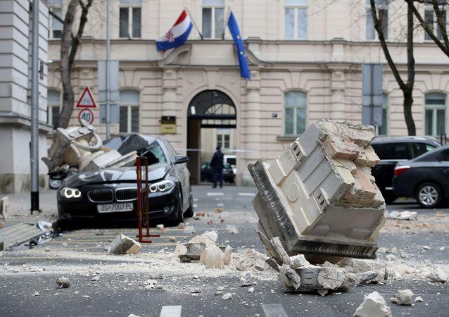 Grandes destroços caem sobre veículo e rua do centro de Zagreb após terremoto ocorrer em 22 de março de 2020