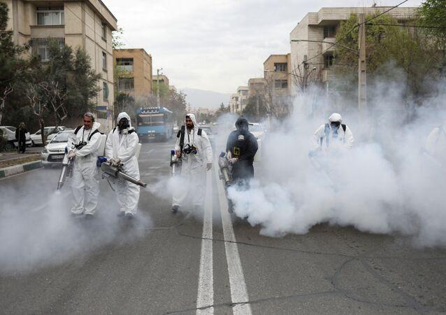 Agentes de saúde do Irã desinfetam ruas da capital, Teerã, em 20 de março de 2020