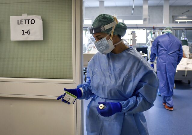 Enfermeira na Itália cuidando de pacientes contagiados pelo coronavírus