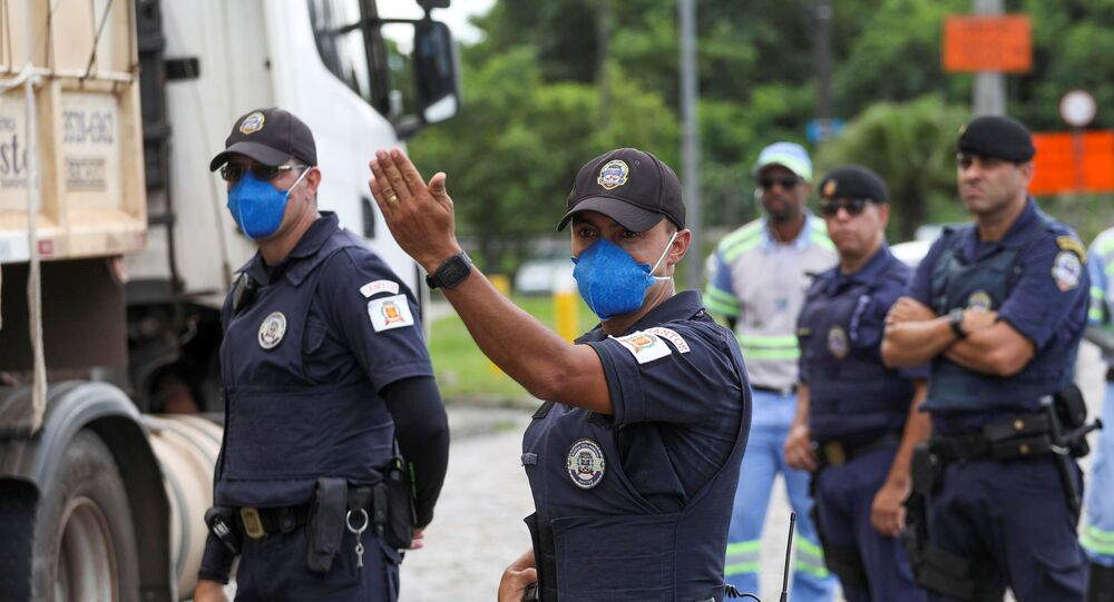 Guardas municipais bloqueiam a entrada de Santos, no litoral de São Paulo