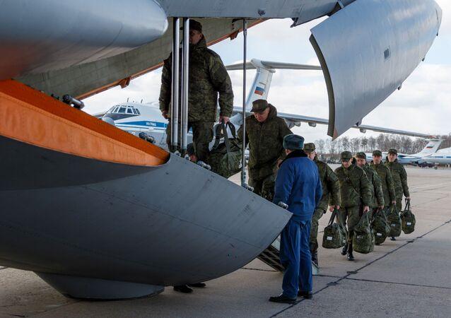 Especialistas russos embarcam para atuar no combate à COVID-19 na Itália