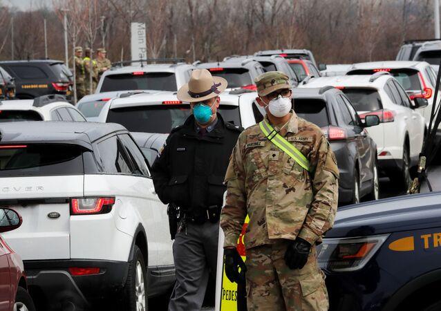 Policial e militar dos EUA usando máscaras