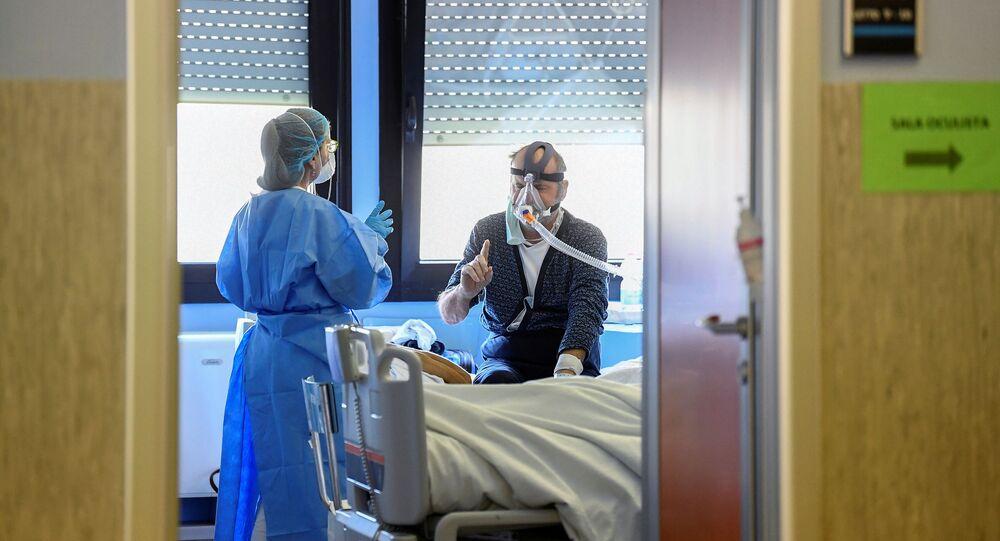Agente sanitário com paciente infectado pelo coronavírus na Itália