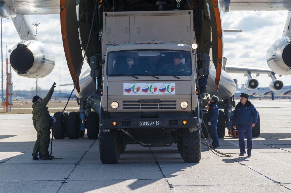 Caminhão russo carrega suprimentos essenciais para o combate à pandemia em avião militar, com destino à Itália