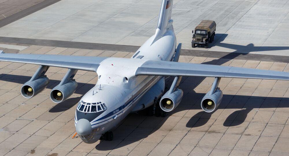 Avião militar russo de transporte de carga Il-76 carregado com equipamentos médicos e suprimentos se prepara para decolar para a Itália