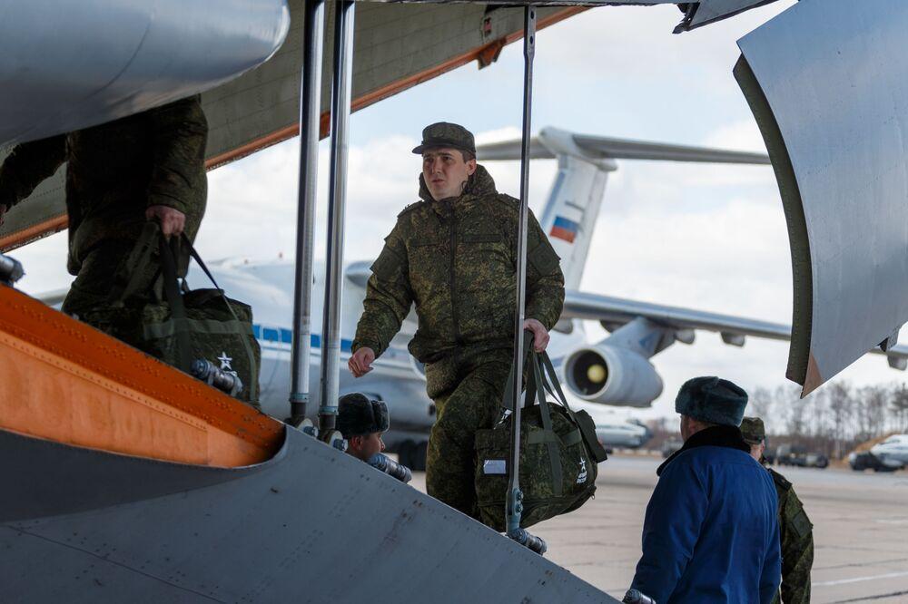 Militar russo carrega avião com suprimentos e equipamentos médicos com destino à Itália, na região de Moscou