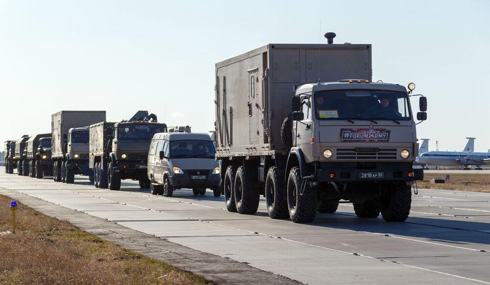 Caminhões com equipamentos médicos a serem enviados para a Itália se aproximam do Aeroporto de Chkalovsky, na região de Moscou