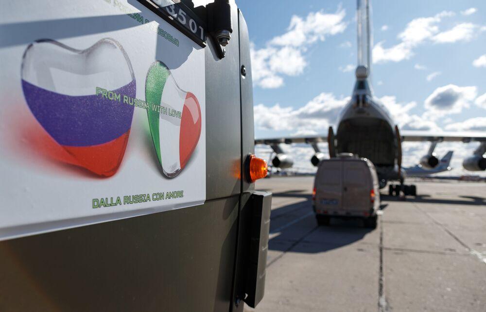Automóvel carregado com equipamentos médicos russos com destino à Itália para combater a COVID-19