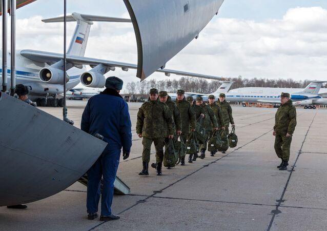 Médicos militares russos embarcam no avião militar de transporte Il-76 com destino à Itália