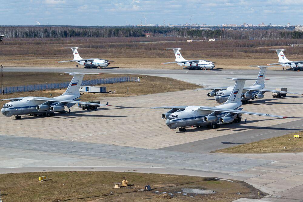 Aeronaves militares de transporte Il-76 se preparam para decolar para a Itália com médicos e equipamentos essenciais no combate à COVID-19