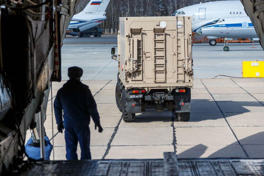 Militar russo se prepara para carregar a aeronave Il-76 com equipamentos médicos destinados à Itália
