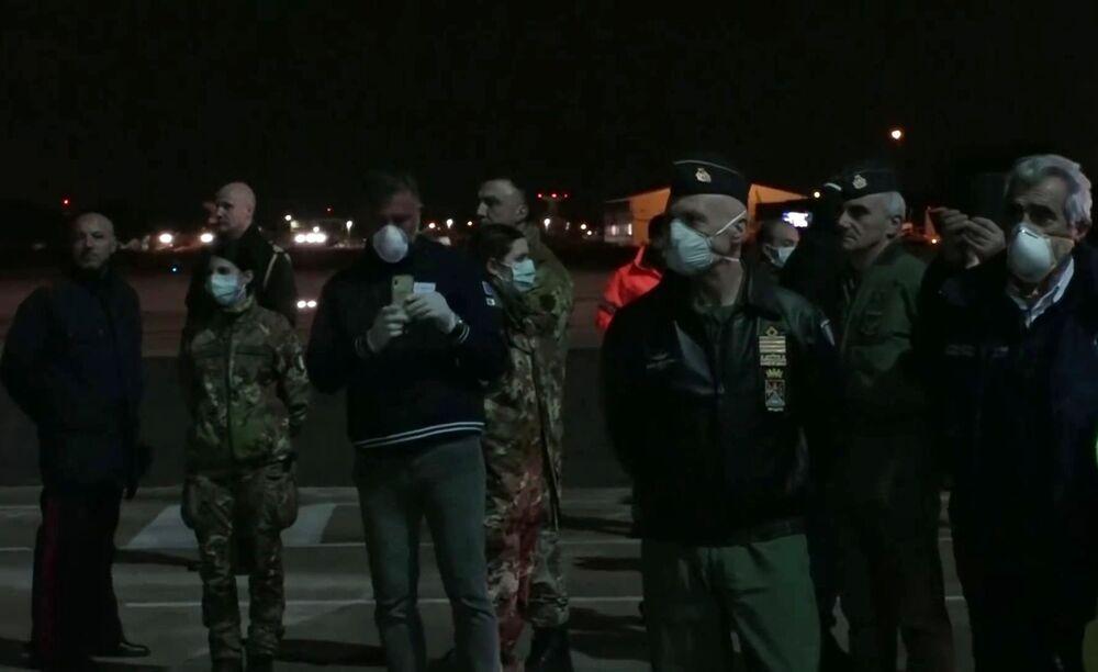 Militares italianos aguardam a chegada das aeronaves russas Il-76, com médicos e equipamentos essenciais para combater a pandemia de COVID-19