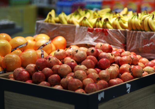 Prateleira com fruta na loja Magnit em Krasnodar