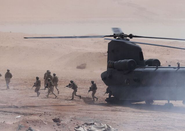 Tropas dos Emirados Árabes desembarcando de helicóptero durante exercício militar conjunto com soldados dos EUA em 23 de março de 2020