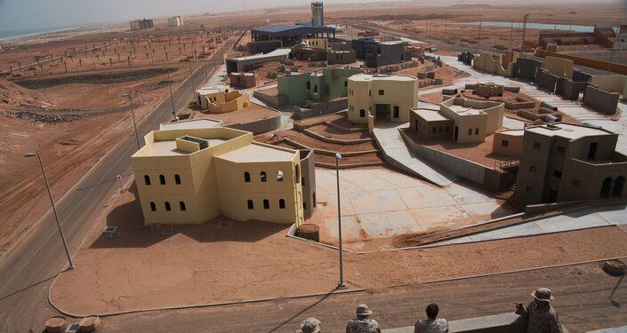 Cidade fictícia montada para a condução de exercícios militares nos Emirados Árabes em 23 de março de 2020