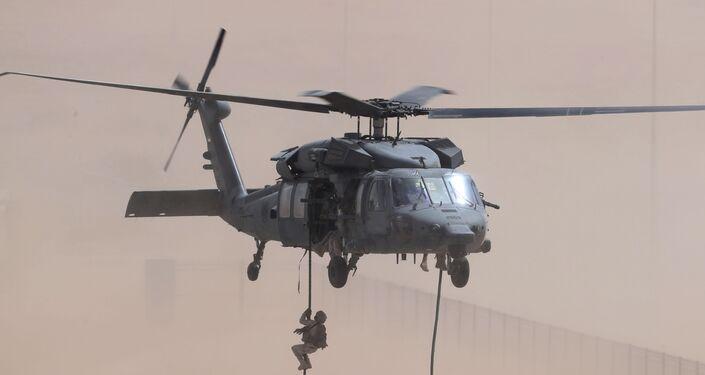 Soldados dos Emirados Árabes desembarcando de helicóptero UH-60 Black Hawk por uma corda durante exercícios com forças americanas em 23 de março de 2020