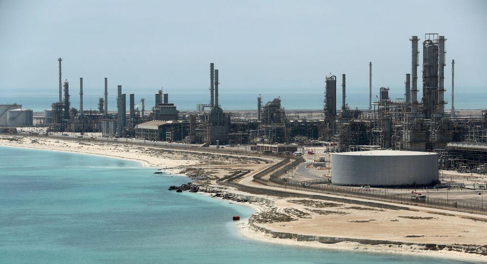 Vista geral da refinaria e do terminal petrolífero da Saudi Aramco em Ras Tanura, na Arábia Saudita (foto do arquivo)