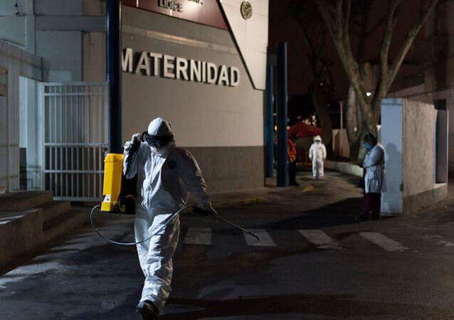 Membro de brigada de desinfecção da Proteção Civil se preparando para tratar superfícies com solução desinfetante no Hospital General de Lídice Dr. Jesús Yerena, em Caracas, Venezuela, 22 de março de 2020