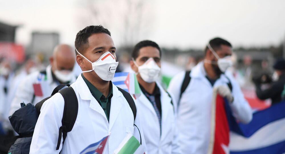 Um contingente de emergência de médicos e enfermeiros cubanos chega ao aeroporto italiano de Malpensa, perto de Milão, após viajar de Cuba para ajudar a Itália a combater a propagação da doença COVID-19