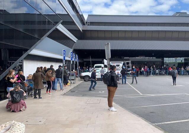Fila no aeroporto de Lisboa para embarque em voo fretado pela agência turística CVC com destino a Recife