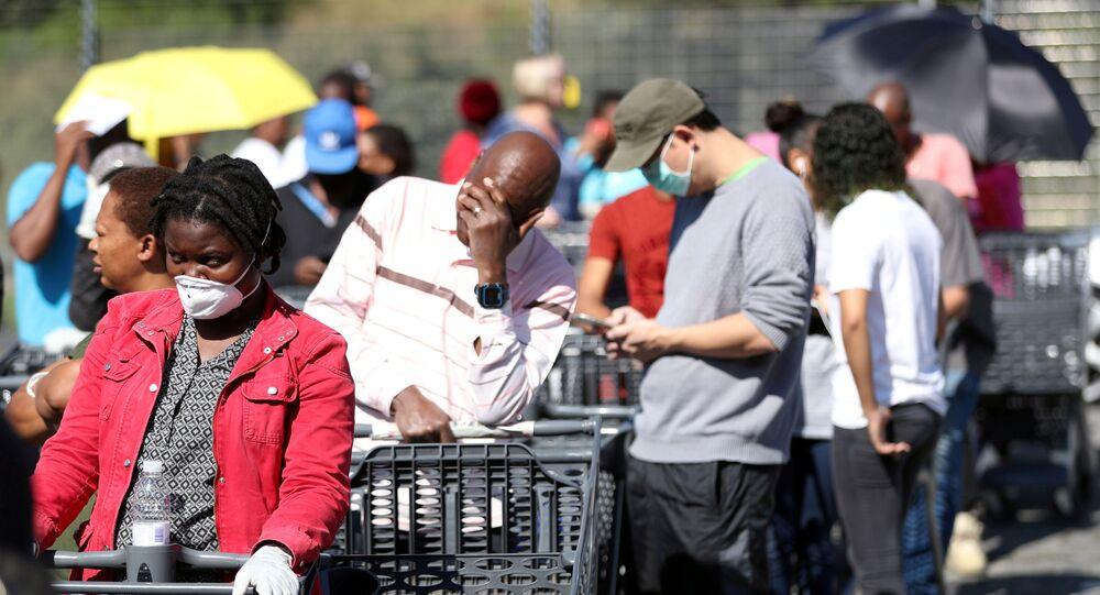 Fila de clientes para fazer compras em uma loja Pick n Pay, Joanesburgo, África do Sul, 24 de março de 2020