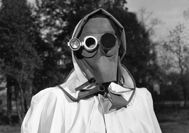 Máscara recomendada para se proteger de radiação, em 1957