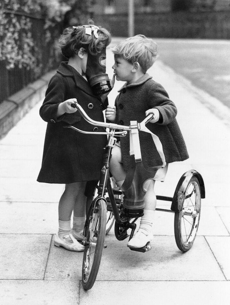 Crianças com máscaras de proteção no Reino Unido, em 1938