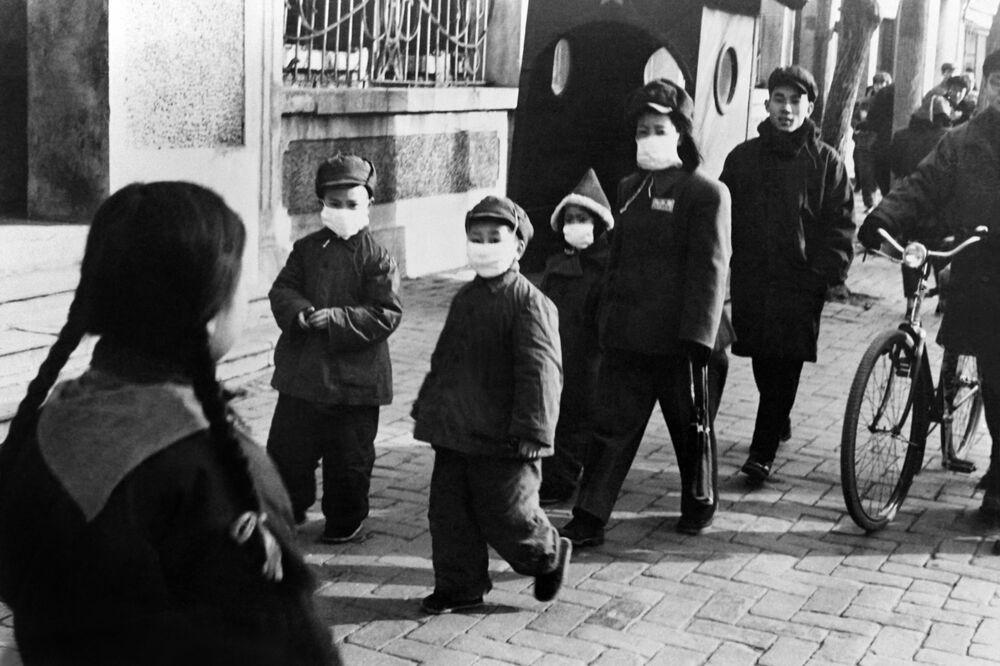Pessoas com máscaras de proteção em Pequim, em 1954