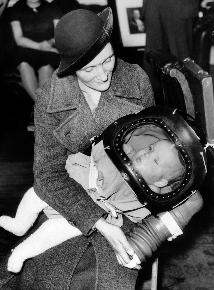 Criança de dois anos com máscara de proteção de gás em Londres, em 1938
