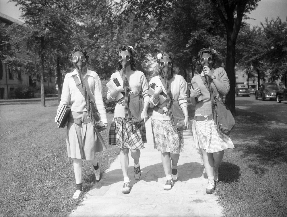 Estudantes da Universidade de Detroit com máscaras durante a Segunda Guerra Mundial