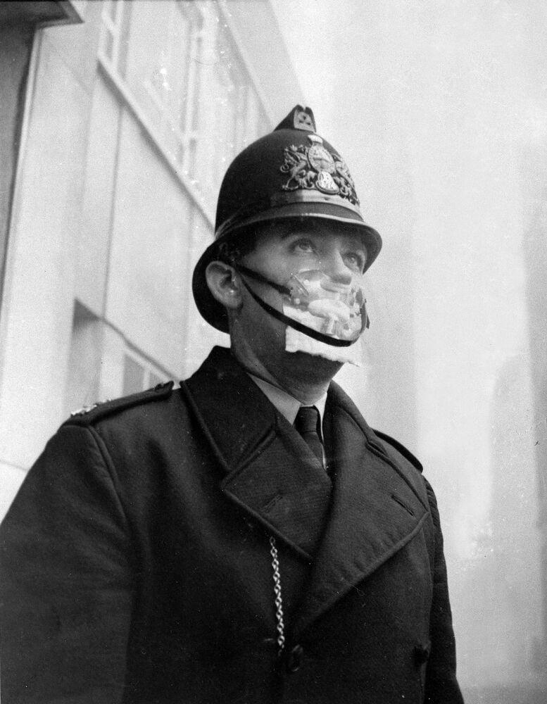 Policial britânico com máscara de proteção em 1962