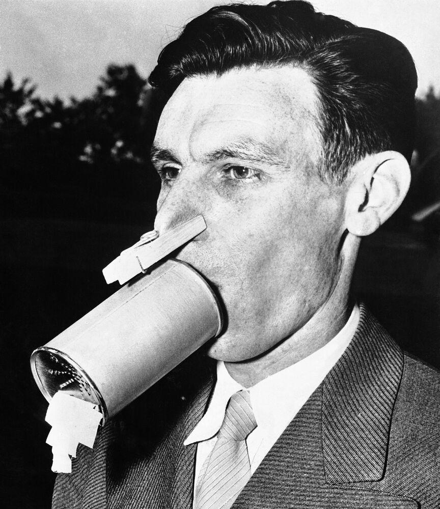 Homem usando máscara caseira nos Estados Unidos, em 1942