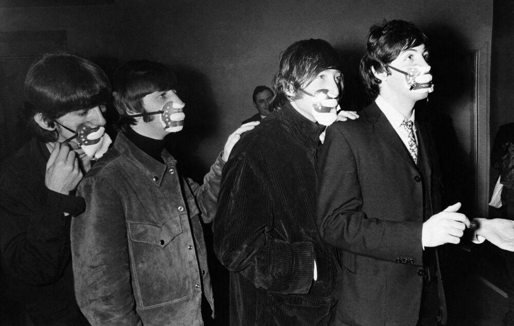 Integrantes dos Beatles com máscaras em 1965