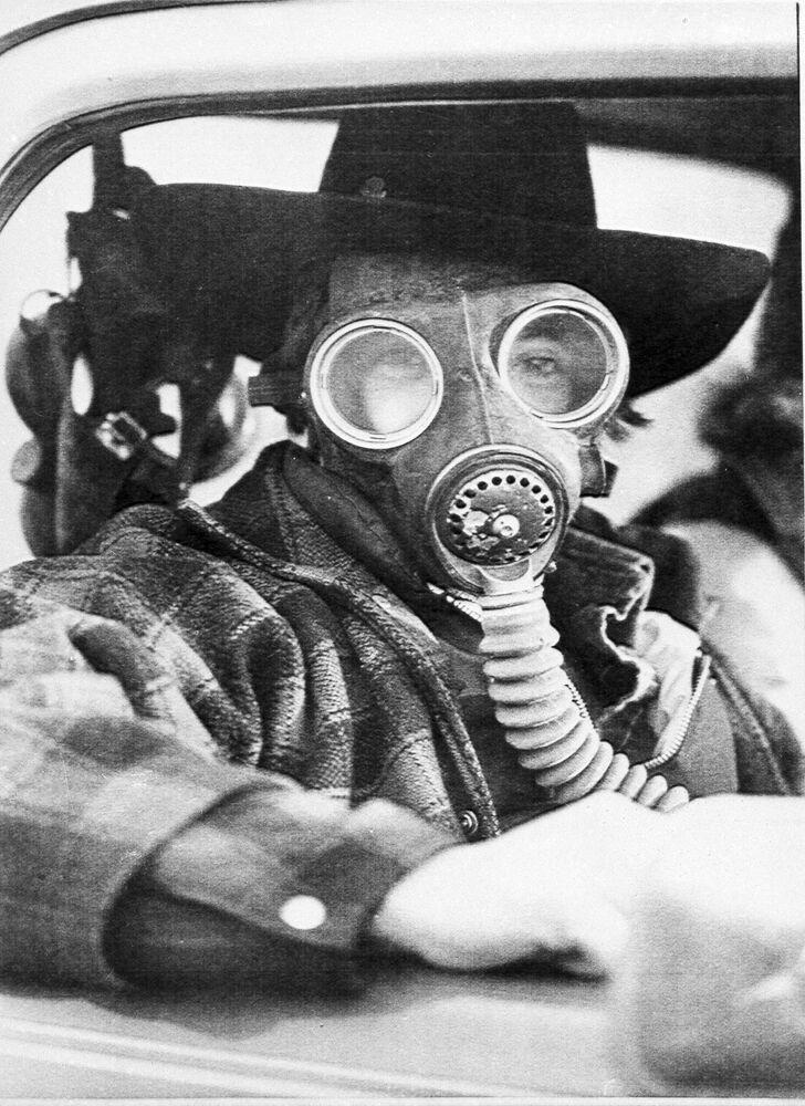 Homem com máscaras na cidade canadense de Mississauga, em 1979