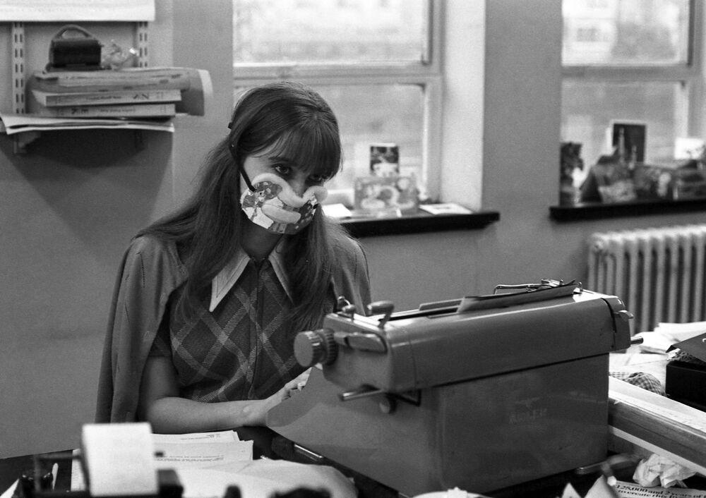 Secretária usando máscara de proteção em Londres, em 1970