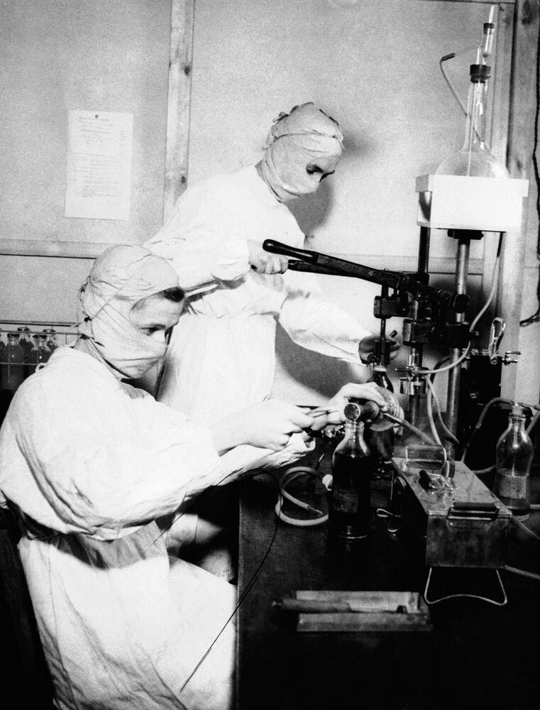 Enfermeiras usando máscaras de proteção em hospital britânico, em 1943