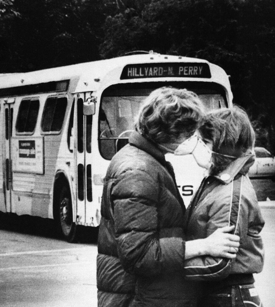 Casal se beijando com máscaras em 1980 nos EUA