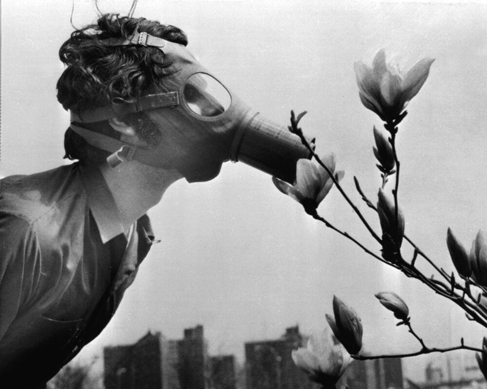 Estudantes com máscara no Dia da Terra, em 1970