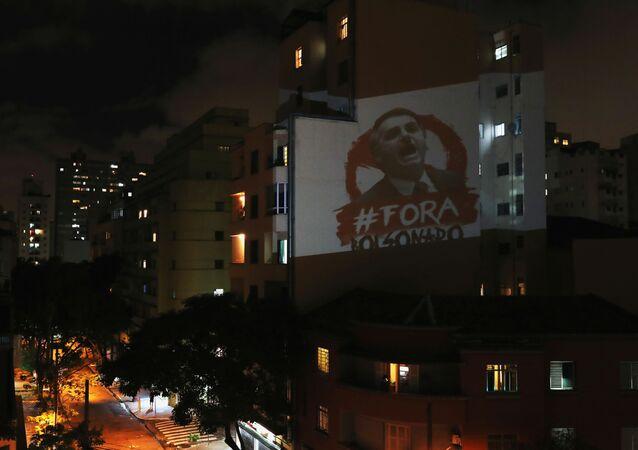 Panelaço durante pronunciamento de Jair Bolsonaro em São Paulo, pedindo a saída do presidente